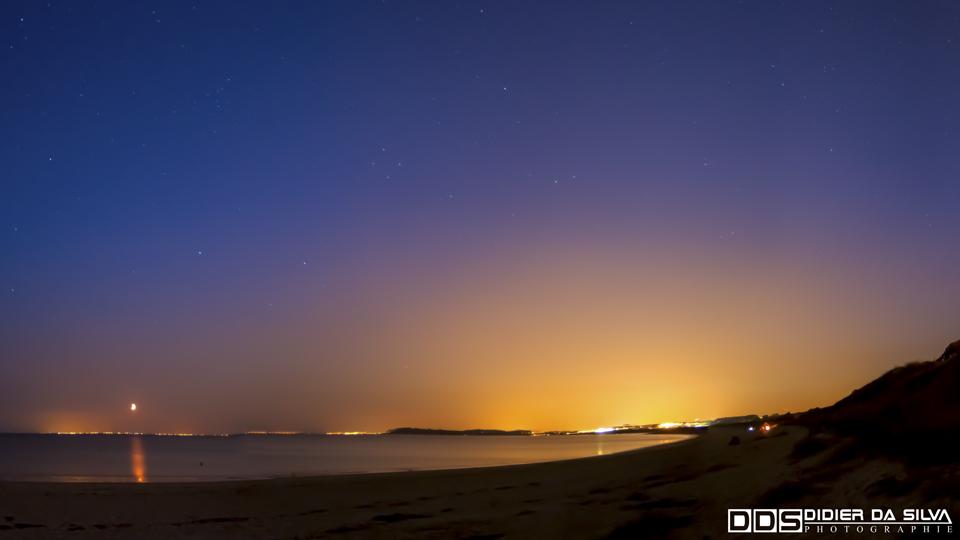 Panorama plage de la Saillie heure bleue et couché de lune - La Saillie - Morbihan - France