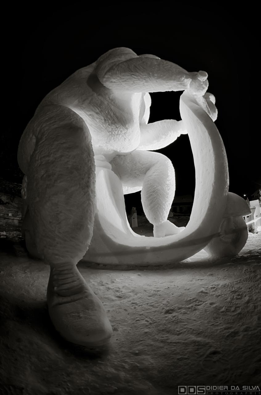 Vespa sculpture sur glace