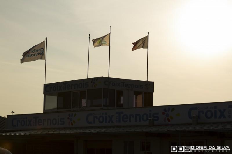 Le soleil se couche sur le circuit de Croix-en-Ternois