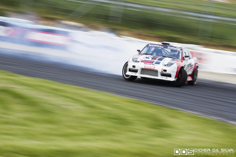 Thierry Dubois dans sa Nissan RS13 qui prend beaucoup d'angle et de vitesse