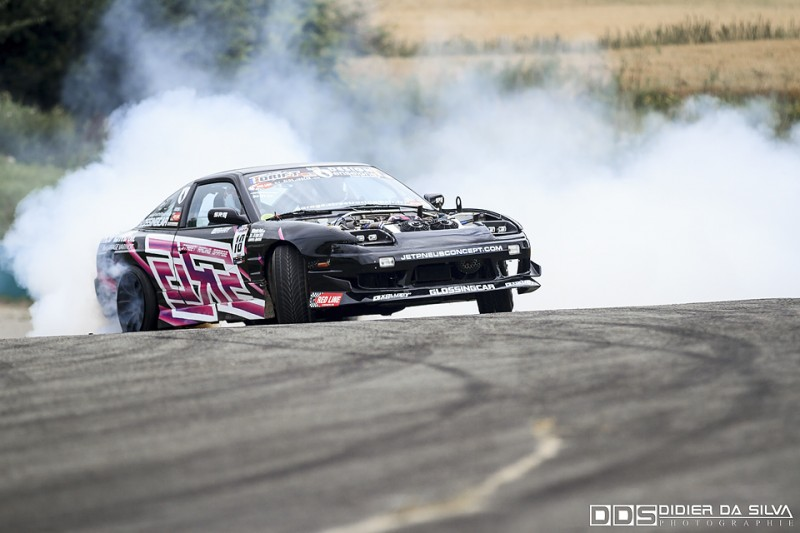 Antoine Amar et sa Nissan 200Sx RS13 qui fait fumer ses pneus dans la dernière section