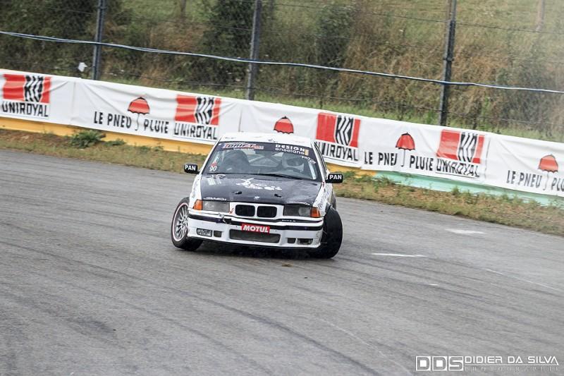 Jessy Bonnin dans sa BMW E36