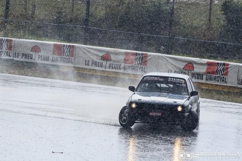Yoann Christin dans sa BMW E30