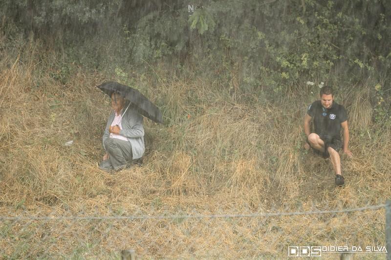 Public de Normandie sous la pluie