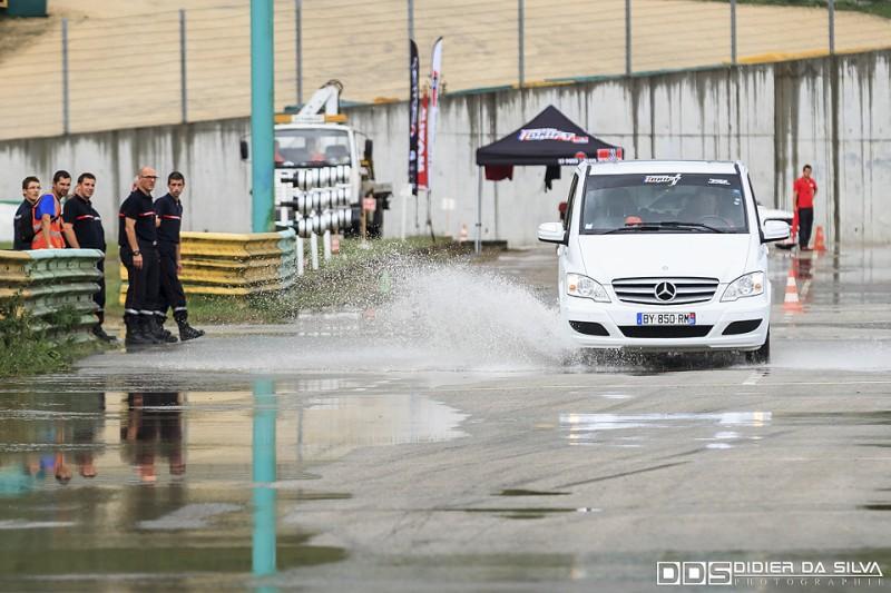 Jerome Vassia qui essaye de retirer l'eau de la piste