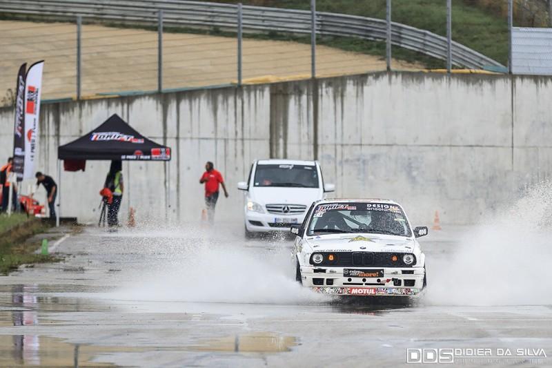 Mathieu Leroux qui participe a retirer l'eau de la piste