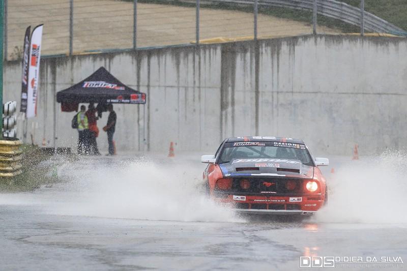 Julien Fébreau qui participe a retirer l'eau de la piste