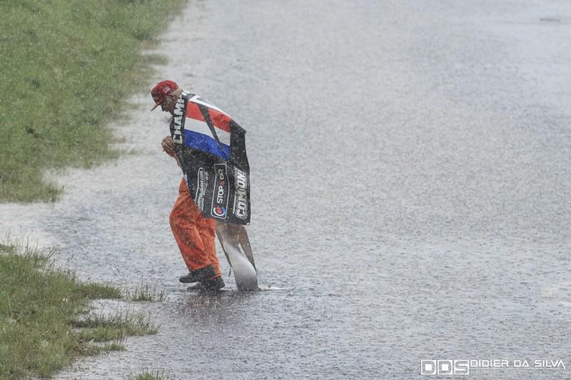 Commissaire de piste sous une pluie battante