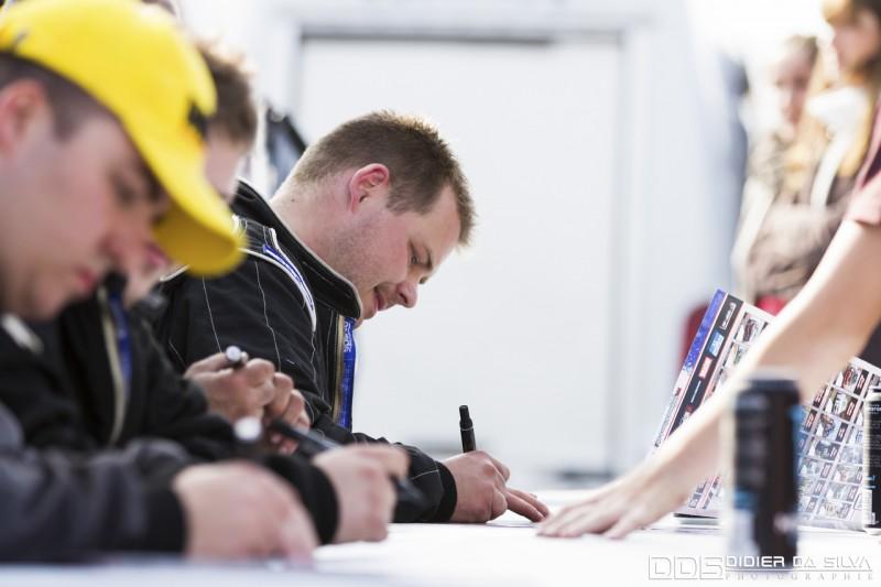 David Meunier lors des séances de dédicaces au championnat de france de drift